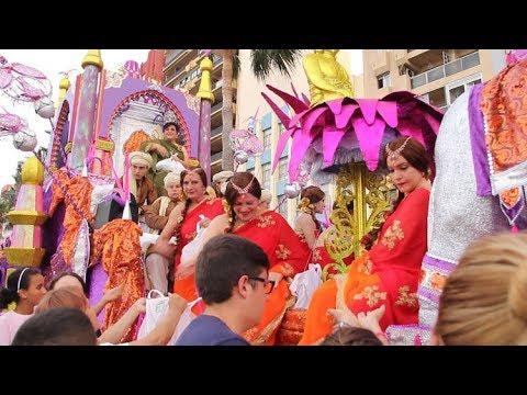 La cabalgata de la Feria Real de Algeciras pone la alegría y el color a las calles de la ciudad