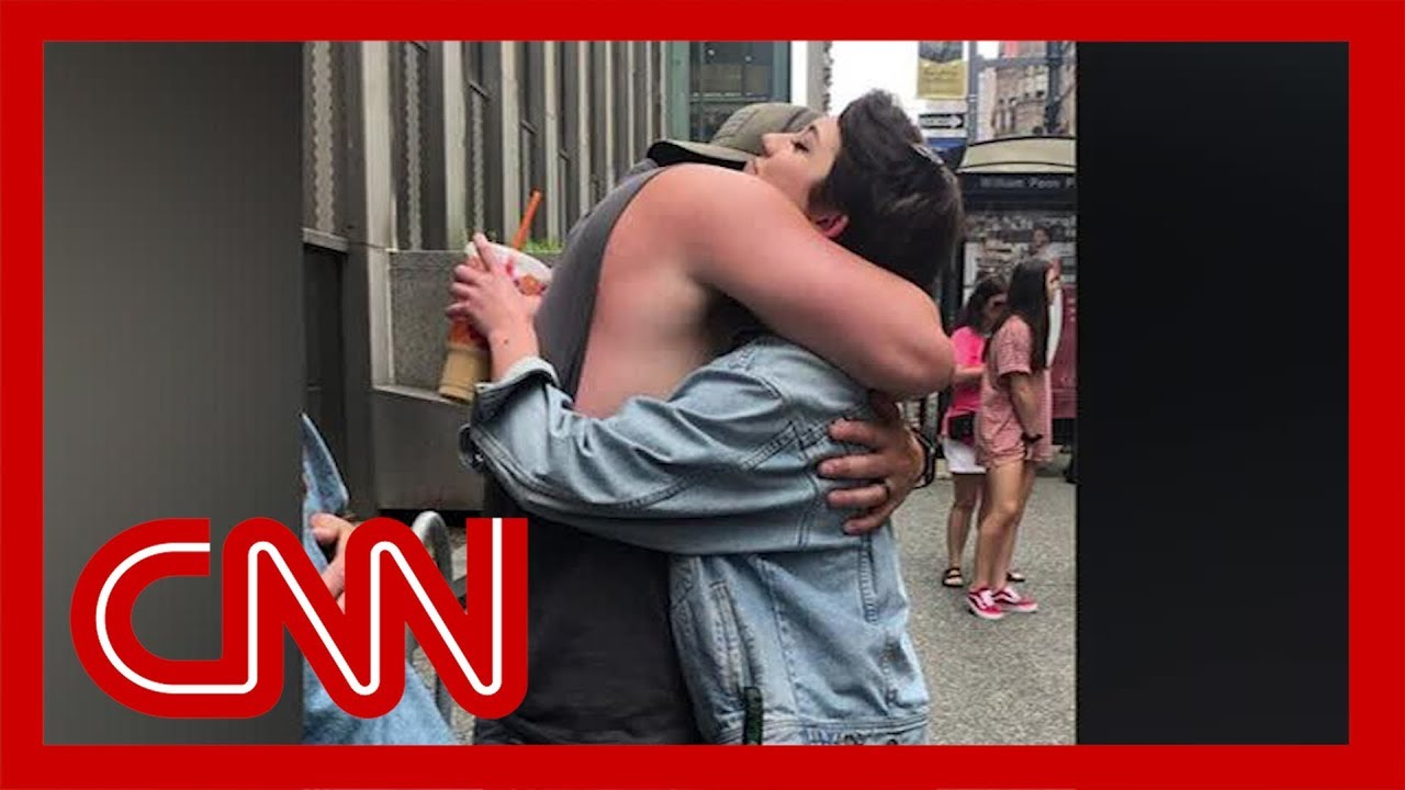 CNN:Father goes viral for giving out hugs at Pride parade