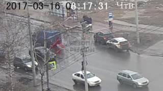 В Ярославле человек провалился под землю прямо на остановке