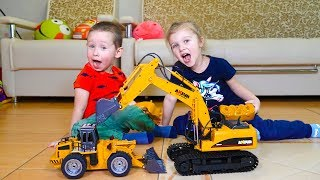 Малыш играет в экскаватор и трактор. Видео для детей.