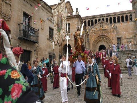 Los Vecinos de Santillana procesionan a Santa Juliana