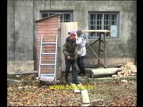 Скрытая камера. Туалет-времянку поднимают краном вместе с посетителем