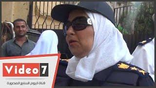 بالفيديو.. شرطة مكافحة العنف ضد المرأة توزع كراسات عليها شعار الداخلية على الطالبات