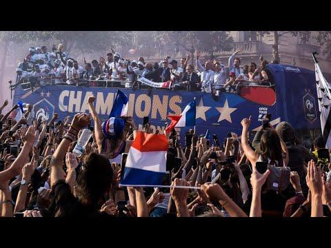 استقبال حافل لمنتخب فرنسا في جادة الشانزليزيه وقصر الإليزيه  - نشر قبل 25 دقيقة