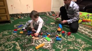 Паровозик и машинки- папа играет с ребёнком