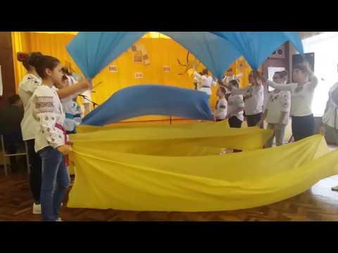 Танець з синьо-жовтими полотнами