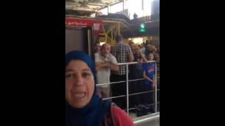A l'aéroport d'Oran, un haut fonctionnaire pique en direct les places d'une famille