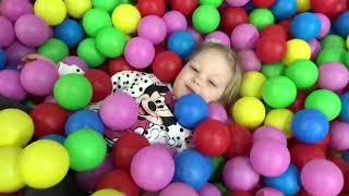 Ева в парке развлечения, весело играется!