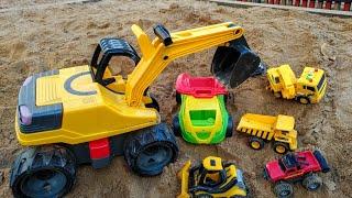 Малыш весело играет с машинками игрушками в большой песочнице. Детское видео. Машинки.