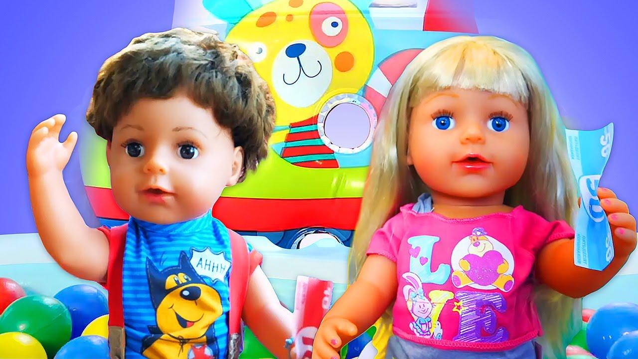 Видео про игрушки для малышей. Куклы Пупсы и Веселый клоун играют в игры! Клоун - Таксист
