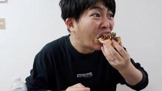 寝起きで高カロリーピザを食べる夫
