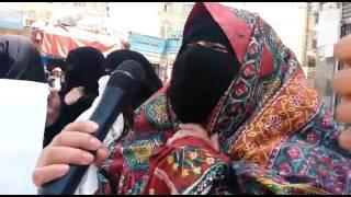 شاهد نساء يمنيات يحرقن ظفائرهن احتجاجا على اعتقال الحوثيين لابنائهن