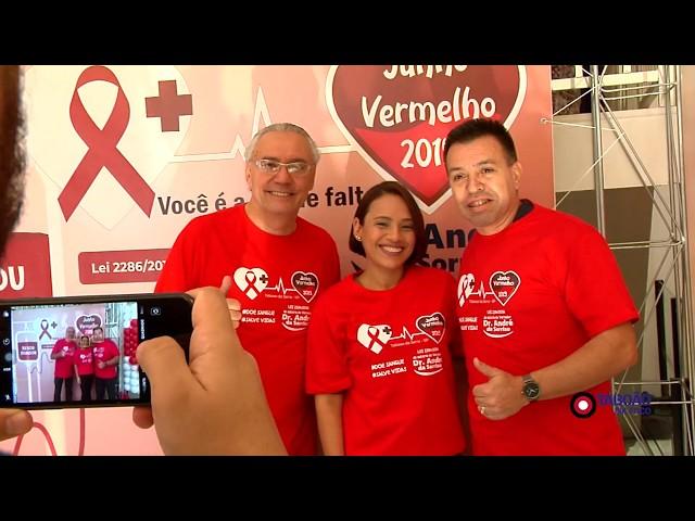 Voluntário doam sangue durante evento