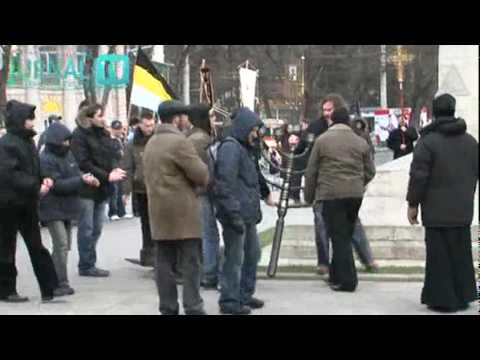 Orthodox christians tear down public menorah