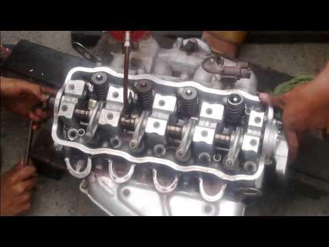 Mekanik hebat memperbaiki mesin mobil