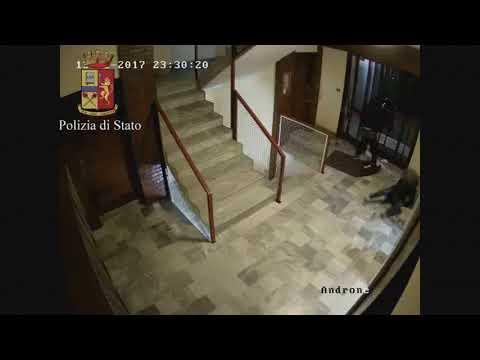 Scippo androne questura torino youtube for Questura di torino permesso di soggiorno pronto