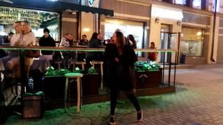 Уличные музыканты ~ Девушка задорно поет Imagine Dragons Radioactive