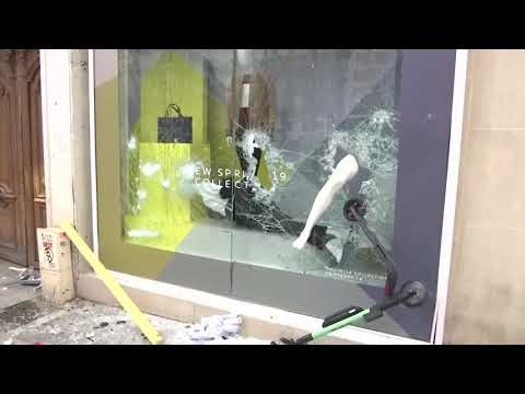 Store fronts smashed in 18th weekend of ''yellow vest' protests