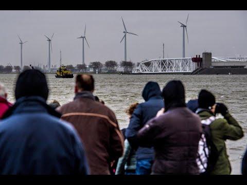 بلجيكا.. الآلاف يتحدون البرد القارس بالسباحة في البحر  - 20:22-2018 / 1 / 7