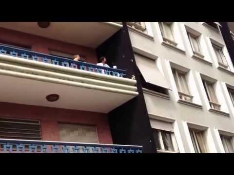 زوج يضبط زوجته تخونه و العشيق يهرب من النافذة