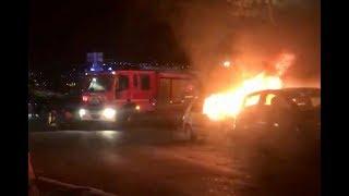 Une voiture en flamme place des Halles