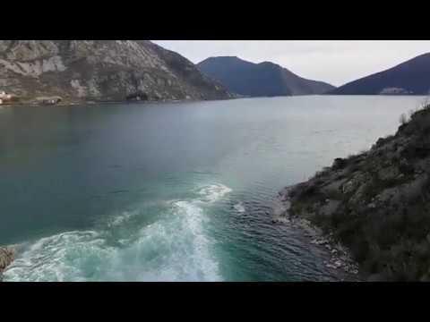 Мощный водопад из пещеры Сопот после дождя, Черногория