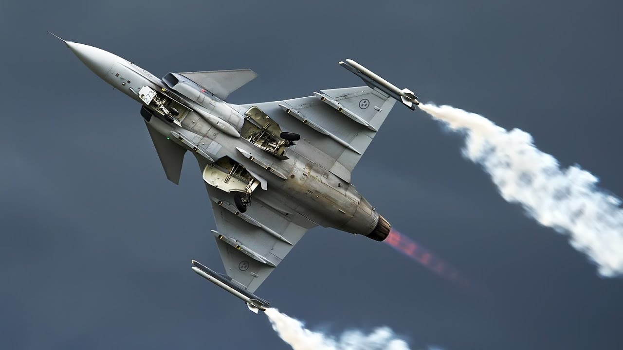JAS 39 Gripen low pass with afterburner - YouTube