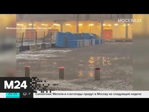 Ветер повалил уличный туалет вместе с посетителем в Москве - Москва 24
