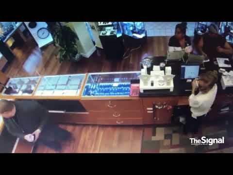 Store associate confronts jewelry thieves