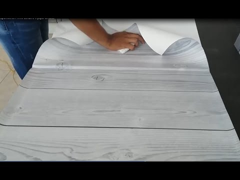 Como forrar o decorar una superficie con vinilo adhesivo o for Papel para forrar muebles de cocina