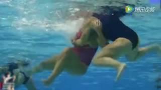 """女子水球变""""水下搏击"""" 互扯泳衣直接走光 水球女子 検索動画 23"""