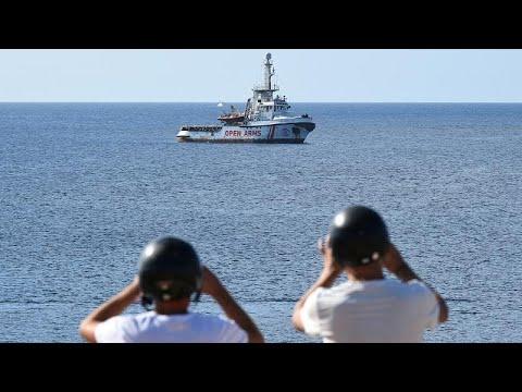 معركة سياسية متواصلة في إيطاليا بشأن سفينة المهاجرين العالقة قبالة سواحلها…  - نشر قبل 8 ساعة