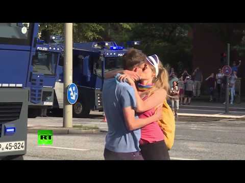Kissing anti-G20 protesters blasted by police water cannon in Hamburg