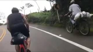 campesino colombiano sube montaña en bicicleta