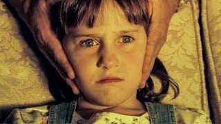 【穷电影】男子强行抓着女儿的头,让她看电视,却不知这样做会发生可怕的事