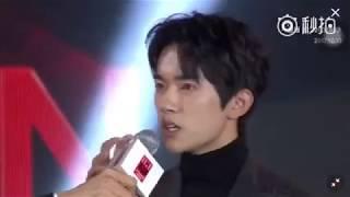 Dịch Dương Thiên Tỉ nhận giải  ELLE young icon of the year
