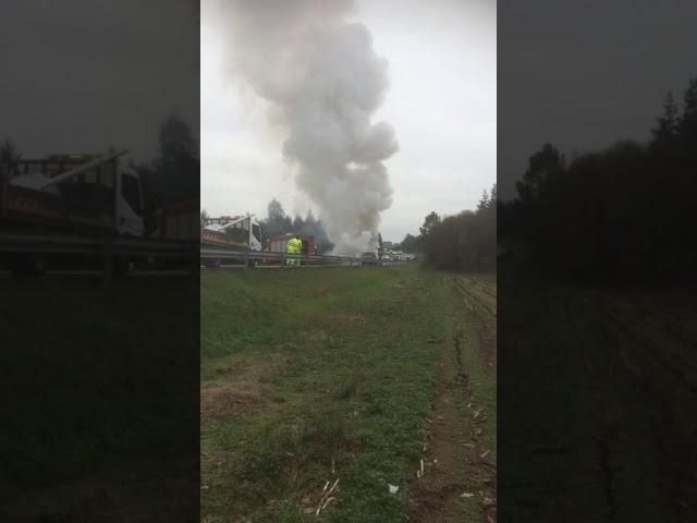 Espectacular incendio de un coche en la LU-113 en Castro de Rei