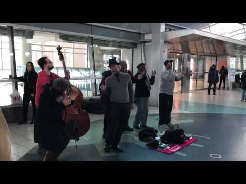 Singer spontaneously joins Band at Staten Island Ferry Terminal, NYC