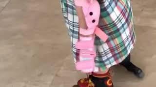 Foodie XiaoMan 超萌小吃貨~小蛮殿下第二次穿滑輪鞋⛸💖🌈👧🏻 #54個月 #roller #baby #eatingmachine  #food  #小蛮 #xiaoman
