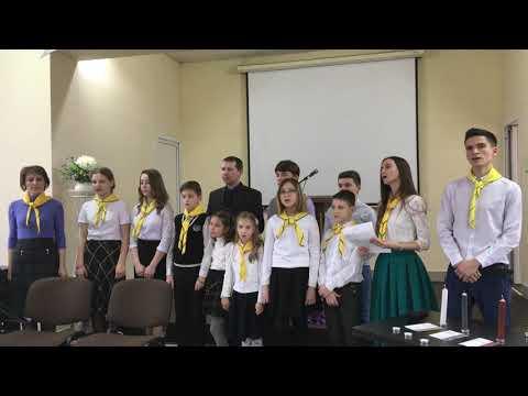 Детский хор из следопытов в церкви