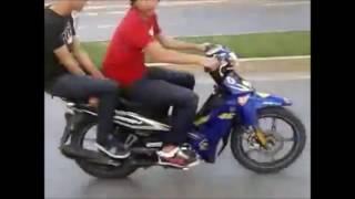 los mejores cortes y colgando la moto
