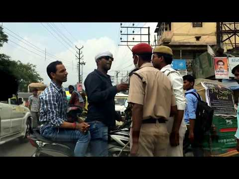 Offenders threaten to beat traffic police officers in broad daylight in Varanasi.