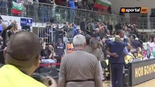Играчите на Левски Лукойл празнуват с феновете