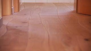 Neuer Wohnungstrend: einzigartiger Holzboden mit geschwungenen / schiefen Dielen  - Bolefloor