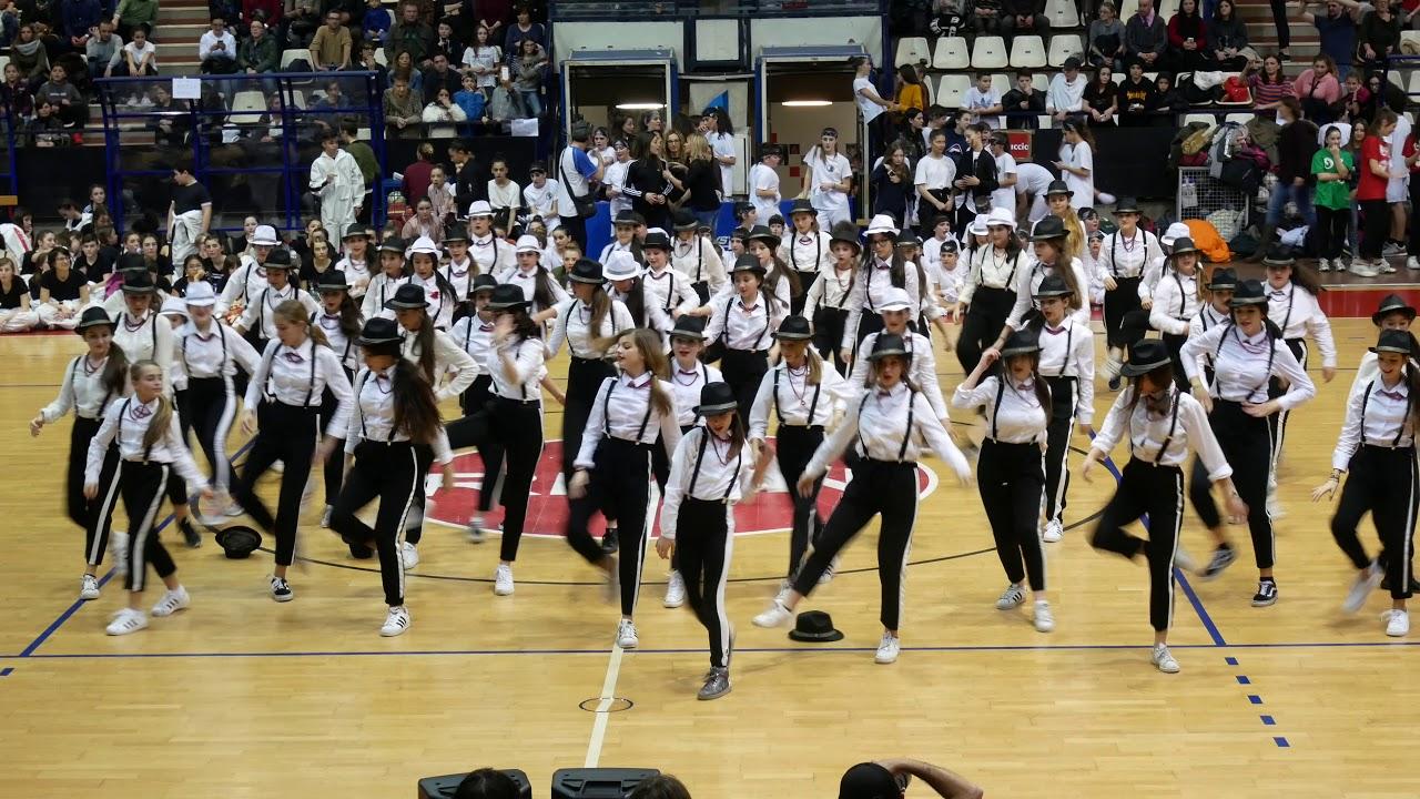 Olimpiadi della danza rimini 2018 rimini scuola media for Arredamento scuola di danza