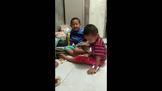 Video Anak Lucu,Pertengkaran Sengit Kakak vs Adik...LUCUUU!!