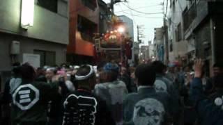 2012年6月16日午後6時15分頃から撮影。神輿は町会神輿で台東区根岸5丁目...