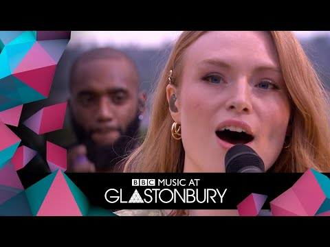 Freya Ridings Performs Castles In Acoustic Session At
