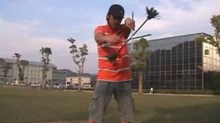 フラワースティックのトリックの練習をしています。楽空でどこまででき...