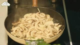 Курица со сливками и грибами на сковороде [Рецепты по-домашнему]